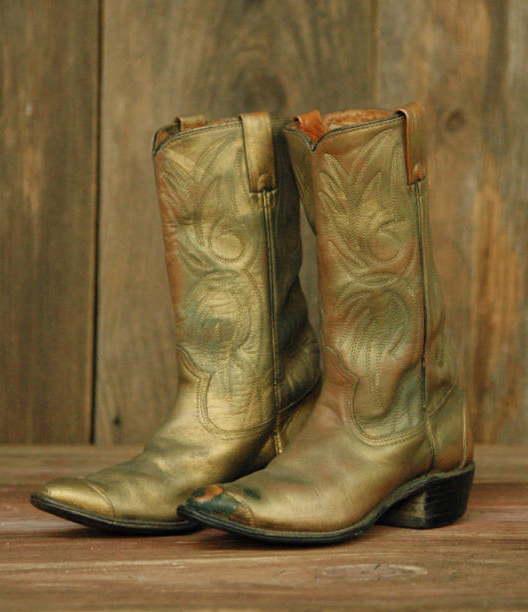 gold boots.png